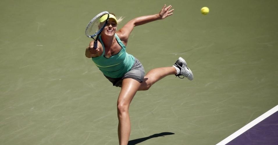 28.03.2013 - Maria Sharapova se estica para defender bola de Jelena Jankovic nas semifinais do Masters 1000 de Miami