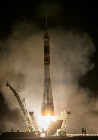 28.mar.2013 - Detalhe das turbinas do foguete acoplado à nave russa Soyuz durante seu lançamento, ocorrido no cosmódromo de Baikonur, no Cazaquistão, por volta das 17h45 (fuso horário de Brasília). Pela primeira vez, o voo até a Estação Espacial Internacional (ISS, na sigla em inglês) será feito em apenas seis horas, o que vai permitir à nave russa atracar na ISS no mesmo dia em que deixou a Terra