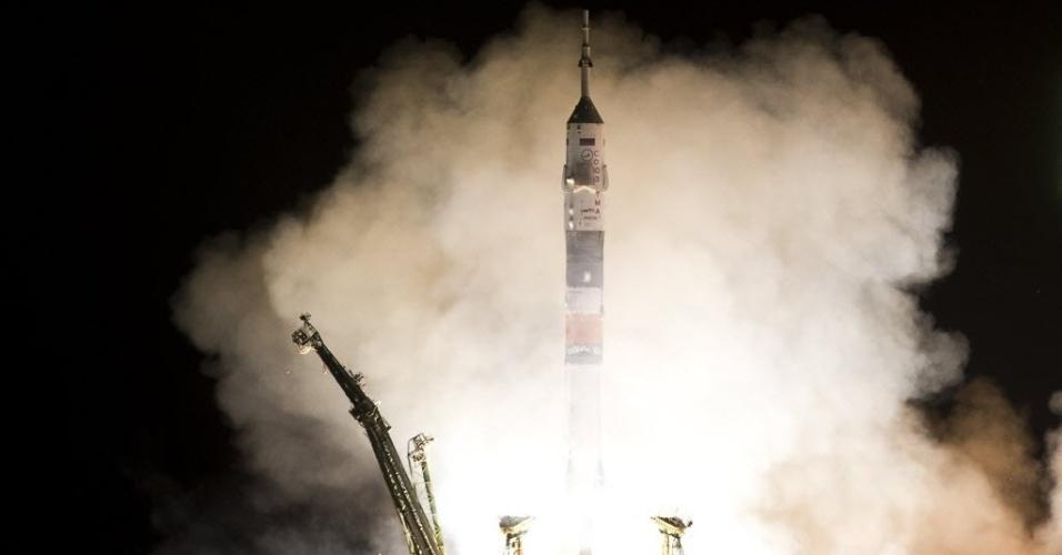 28.mar.2013 - Acoplada a foguete, a nave russa Soyuz deixa a plataforma do cosmódromo de Baikonur, no Cazaquistão, por volta das 17h45 (fuso horário de Brasília). Pela primeira vez, o voo até a Estação Espacial Internacional (ISS, na sigla em inglês) será feito em apenas seis horas, e não mais em dois dias