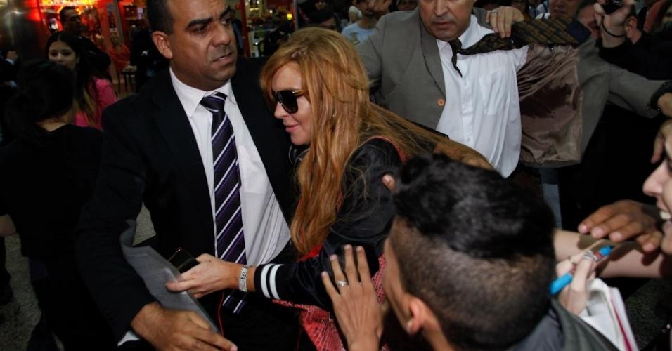 28.mar.2013 - Cercada por seguranças, Lindsay Lohan desembarca no aeroporto internacional de São Paulo. A atriz vai participar da festa de uma grife de roupas. Ela também visitará Florianópolis