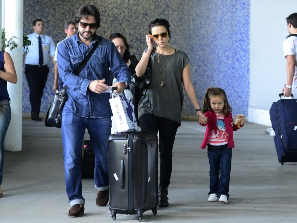 28.mar.2013 - Débora Falabella e Murilo Benício desembarcaram no aeroporto Santos Dumont, centro do Rio. A atriz estava acompanhada da filha Nina