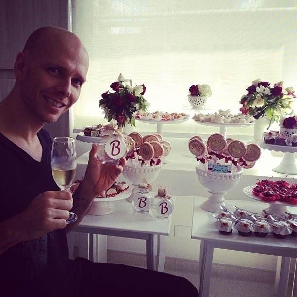28.mar.2013 - Fernando Scherer mostrou em seu Instagram uma foto em que aparece brindando com uma taça de champagne ao lado de várias lembrancinhas feitas para o nascimento dde Brenda, sua primeira filha com a atriz e bailarina Sheila Mello
