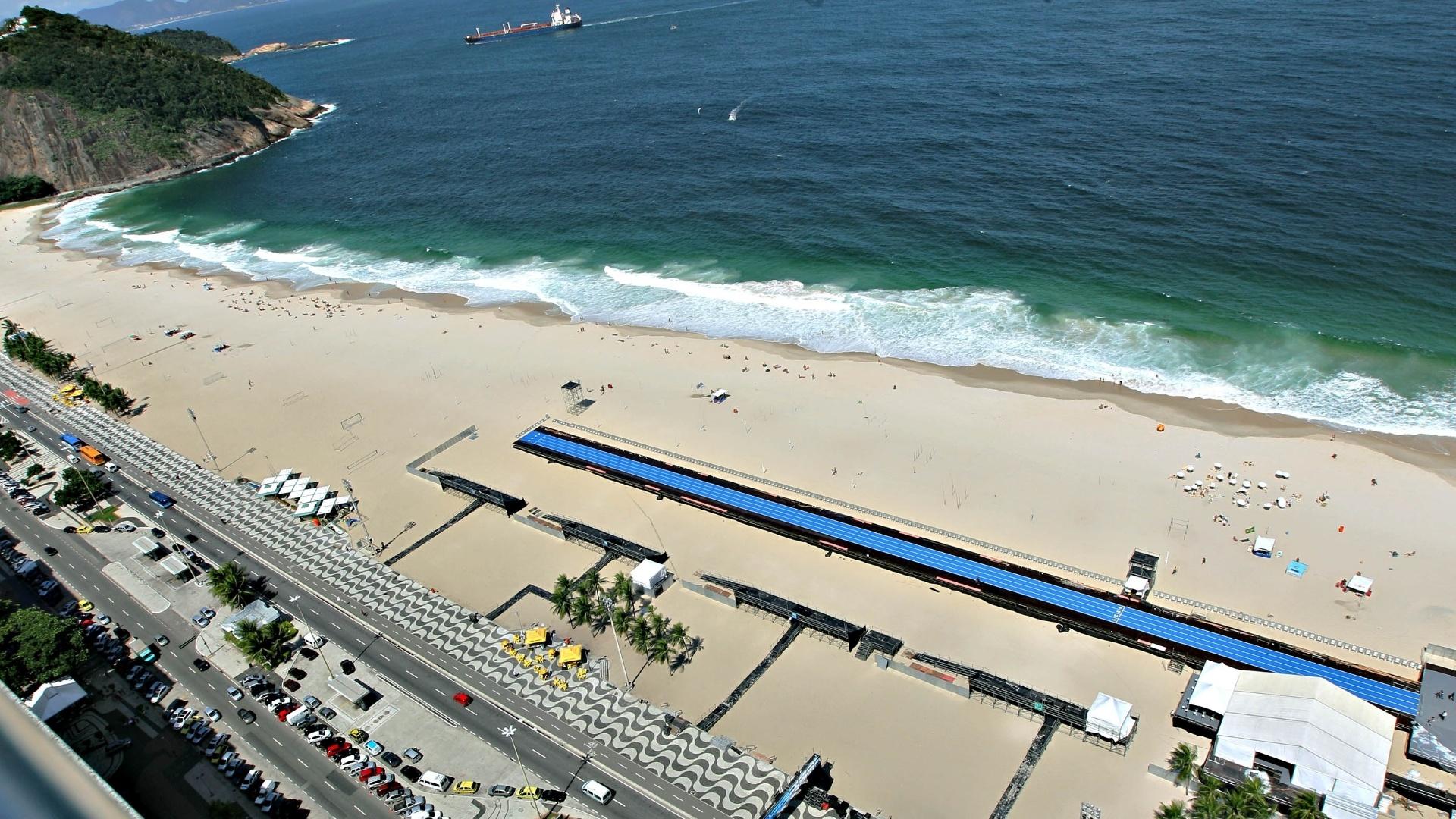 28.mar.2013 - Imagem panorâmica da praia de Copacabana mostra a pista de 150 m em que Usain Bolt competirá no próximo domingo