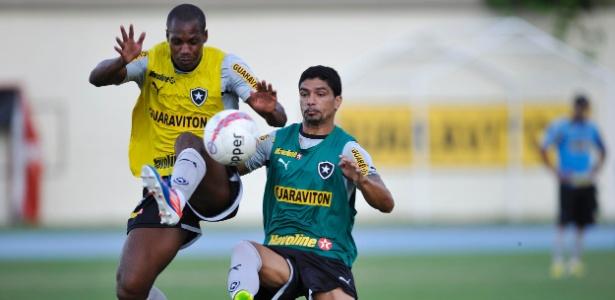 Jogadores do Botafogo disputam treino tático no campo anexo do Engenhão