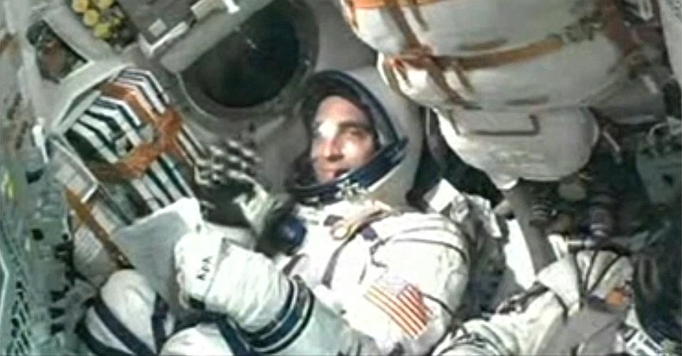28.mar.2013 - O engenheiro de voo da Soyuz, o astronauta Christopher Cassidy, sorri e acena para a câmera instalada já dentro da nave russa, a caminho da Estação Espacial Internacional (ISS, na sigla em inglês). Além do norte-americano, estão a bordo os cosmonautas russos Pavel Vinogradov, comandante da nave Soyuz, e Alexander Misurkin, especialista de missão