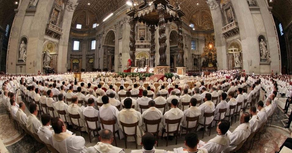 28.mar.2013 - O papa Francisco celebrou na manhã desta quinta-feira (28) a missa Crismal, na basílica de São Pedro, no Vaticano, ao lado dos sacerdotes de Roma