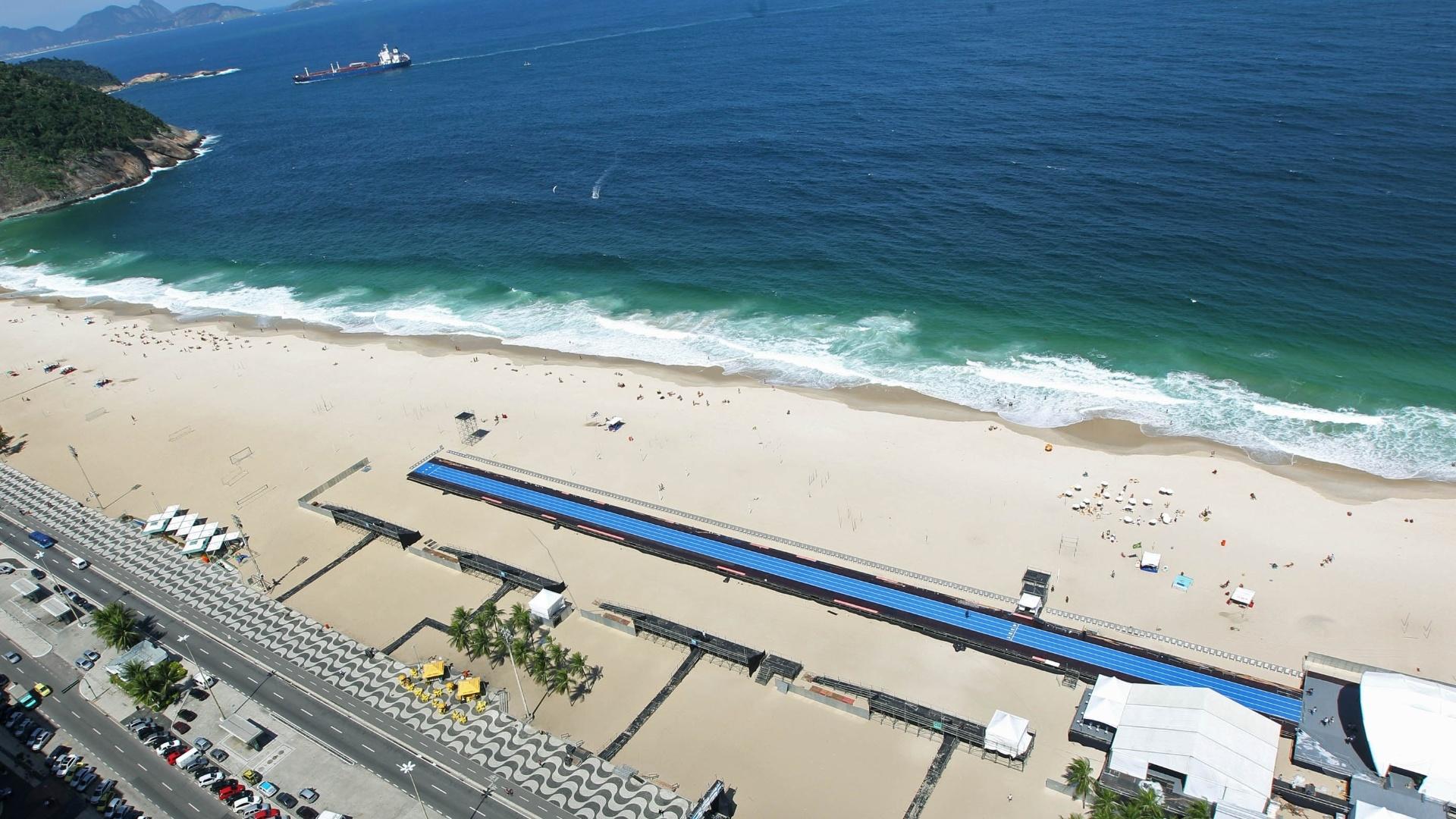 28.mar.2013 - Pista de 150 m em que Usain Bolt competirá no Rio de Janeiro é vista na praia de Copacabana