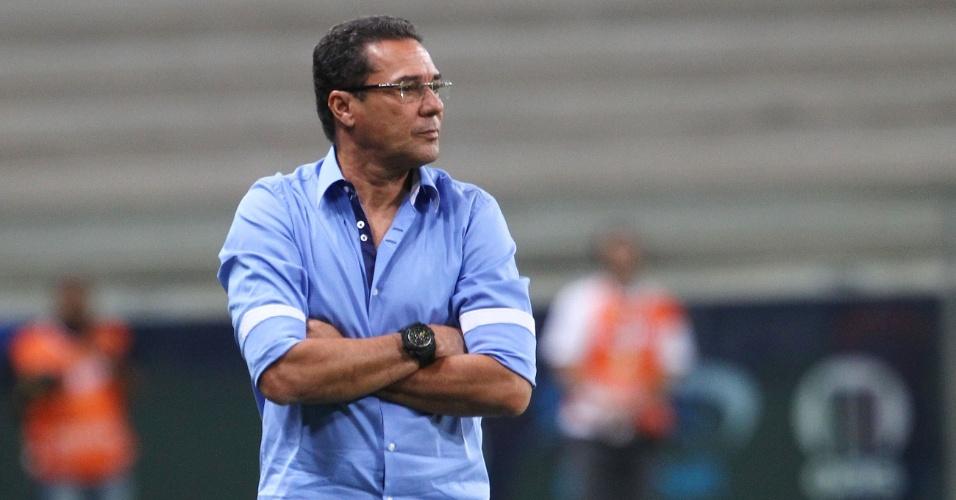 28.mar.2013 - Técnico Vanderlei Luxemburgo observa a partida entre Grêmio e Cruzeiro-RS pelo Campeonato Gaúcho