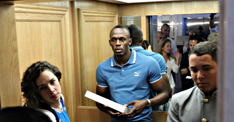 28.mar.2013 - Usain Bolt entra em elevador após conceder entrevista coletiva no Rio de Janeiro