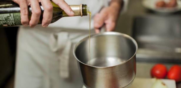 Resultado de imagem para colocando azeite na panela