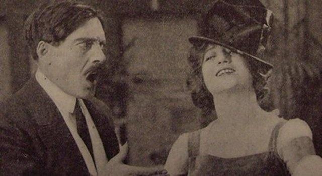 Estrela do cinema mudo, Martha Mansfield talvez tenha sido a primeira atriz a morrer em um set de filmagens. O acidente foi bizarro e violento. Ela descansava dentro de um carro, durante um intervalo, quando um membro da equipe jogou uma bituca de cigarro acesa em seu volumoso e altamente inflável vestido de época. Ela morreu no hospital por conta das queimaduras graves