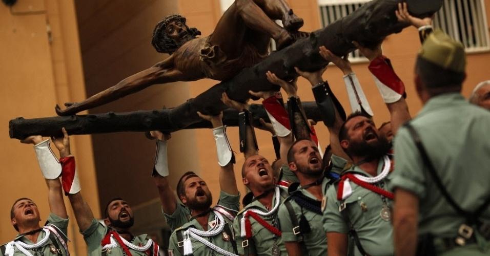 Legionários espanhóis carregam uma estátua de Cristo durante cerimônia em Málaga, no sul da Espanha