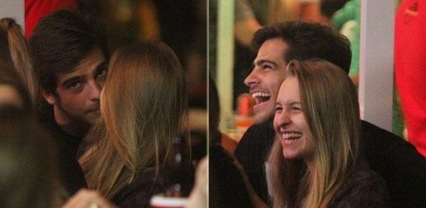 28.mar.2013 - Bernardo Mesquita e Carla Diaz se beijam em barzinho na Barra da Tijuca, Rio de Janeiro