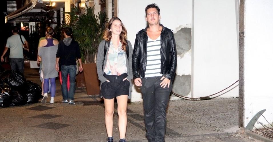 28.mar.2013 - Nathalia Dill caminha com o namorado pelas ruas do Leblon, no Rio de Janeiro