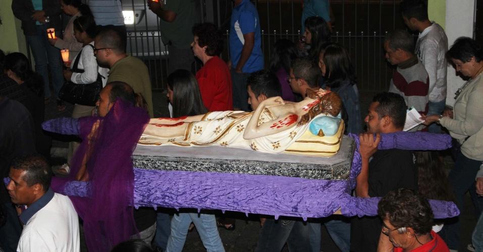 29.mar.2013 - Cerca de 200 fiéis participam da procissão da Paixão de Cristo pelas ruas do Bairro do Mandaqui, zona norte de São Paulo (SP), nesta Sexta-Feira Santa (29)