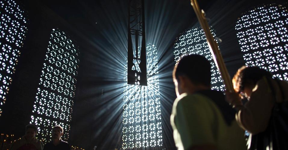 29.mar.2013 -  Fiéis celebram a Sexta-Feira Santa na Basílica de Nossa Senhora Aparecida, em Aparecida (SP)