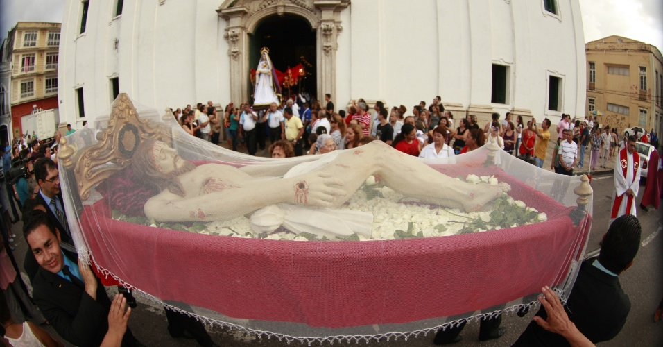 29.mar.2013 - Fiéis participam da procissão do Senhor Morto, que saiu da Igreja da Sé, na cidade de Belém, nesta Sexta-Feira Santa