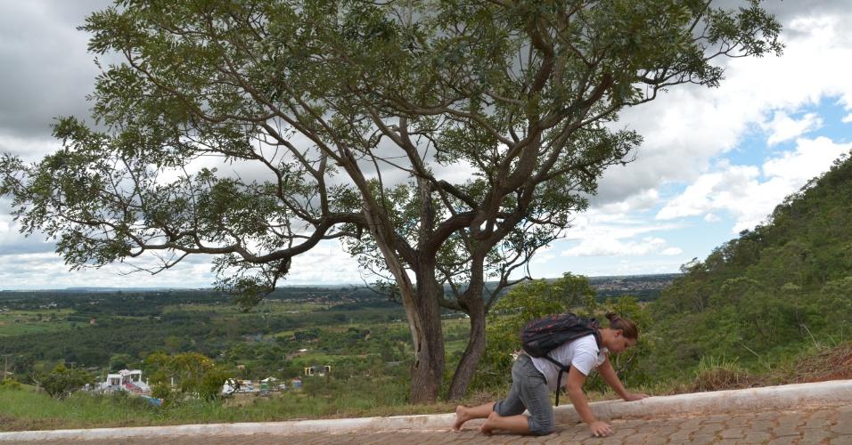 29.mar.2013 - Fieis participam da via-sacra no Morro da Capelinha, em Planaltina, no Distrito Federal