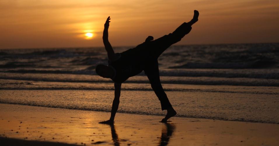 29.mar.2013 - Garoto palestino pula em praia na cidade de Gaza