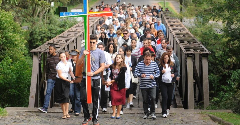 29.mar.2013 - Mais de 250 fiéis acompanharam encenações da via-sacra, em Santa Maria (RS), nesta Sexta-Feira da Santa