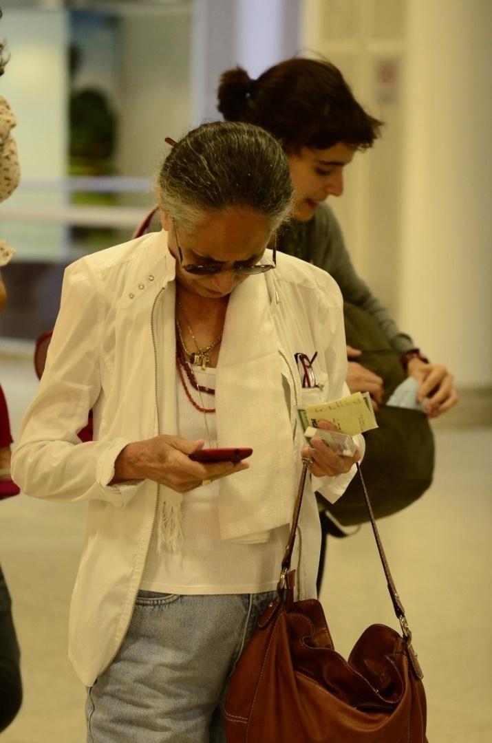 29.mar.2013 - Maria Bethânia embarca de cabelo preso em aeroporto no Rio