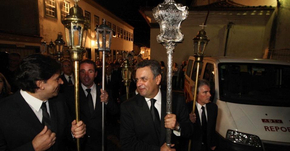 29.mar.2013 - O senador Aécio Neves (PSDB-MG) participa da procissão do Enterro em São João Del Rei (MG), nesta Sexta-Feira Santa