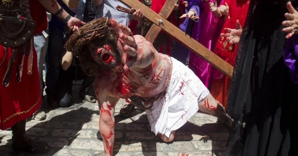 29.mar.2013 - Um peregrino cristão reencena a crucificação de Jesus Cristo em Jerusalém