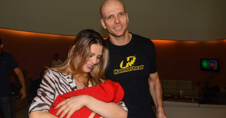 29.mar.2013: Sheila Mello e Xuxa deixam a maternidade em São Paulo. Sheila deu à luz Brenda, sua primeira filha, no dia 26