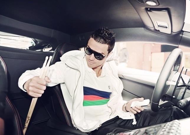 Mar.2013 - Além da chuteira, a nova coleção de Cristiano Ronaldo para a Nike tem acessórios (mochila e bola) e peças de roupa