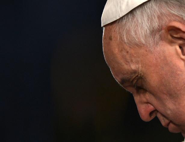 29.mar.2013 - Papa Francisco reza dentro do Coliseu, em Roma, de onde presidiu a via-sacra, na Sexta-Feira Santa