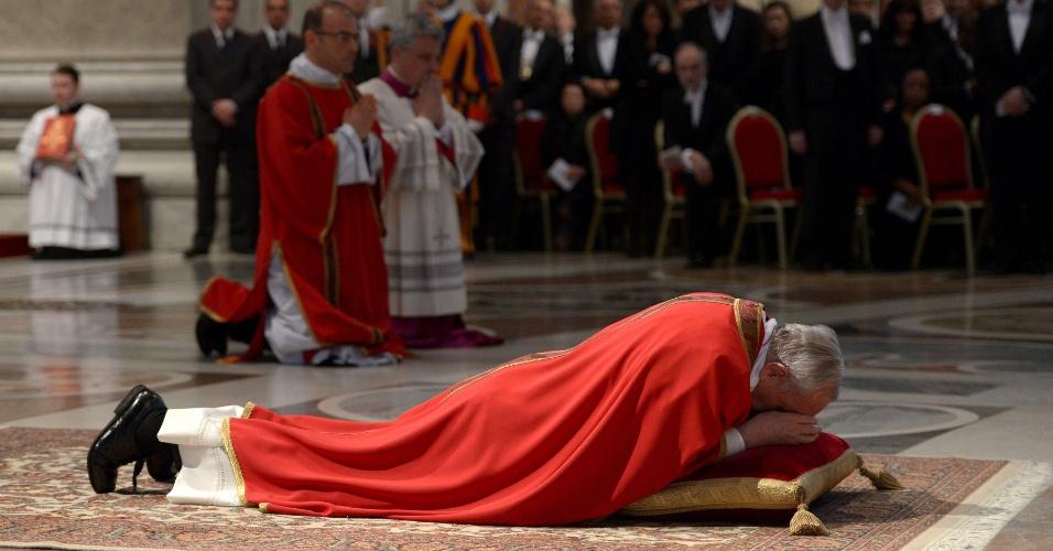 29.mar.2013 - Papa Francisco se abaixa próximo ao altar da basílica de São Pedro, no Vaticano, durante as celebrações da Paixão de Cristo, na Sexta-Feira Santa