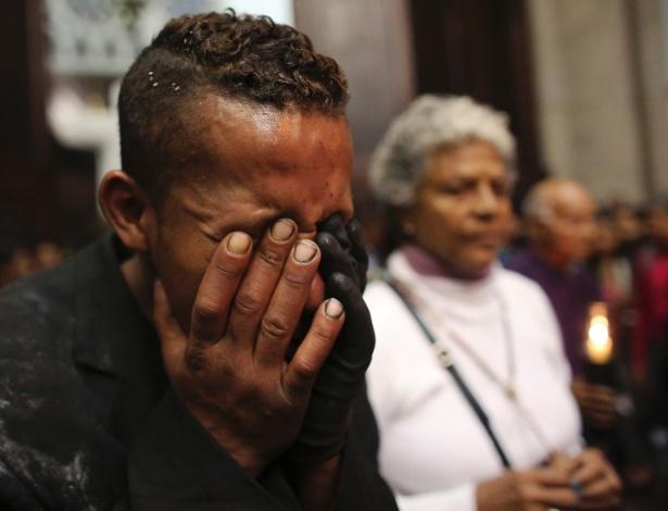 29.mar.2013 - Sem-teto chora durante celebração de missa da Sexta-Feira Santa, na catedral da Sé, em São Paulo