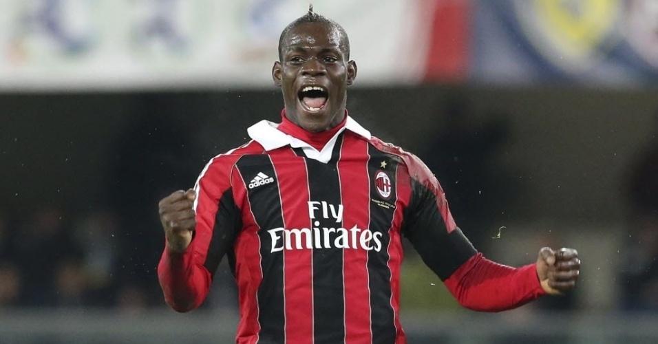 30.mar.2013 - Balotelli comemora o gol do Milan, marcado por Montolivo na vitória de 1 a 0 sobre o Chievo Verona