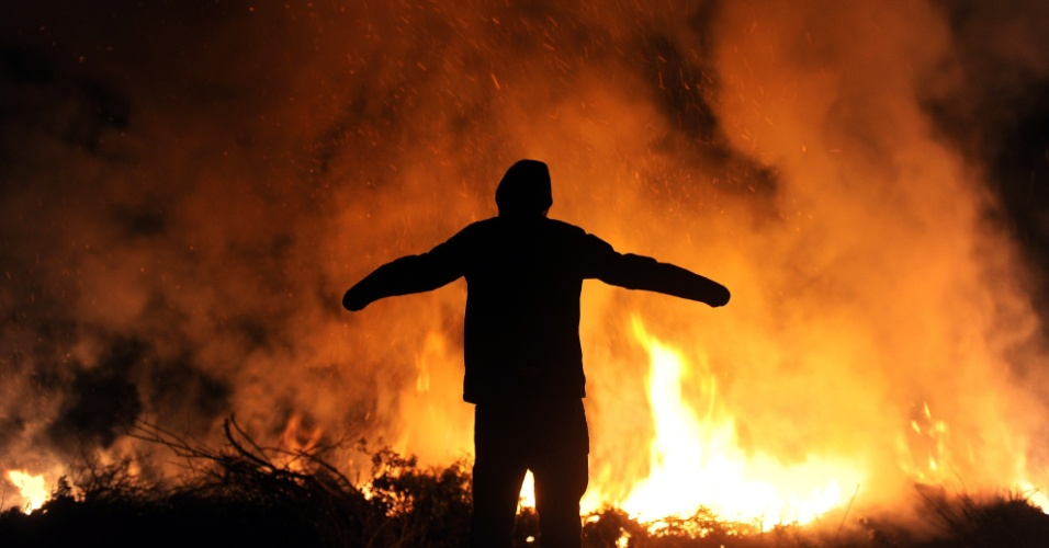 30.mar.2013 - Fogo de Páscoa em Visselhoevede, na Alemanha