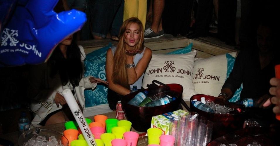 30.mar.2013 - Lindsay Lohan manda beijo para os fot[ografos em balada em Florianópolis. A atriz está no Brasil para participar de festa de uma marca de roupas