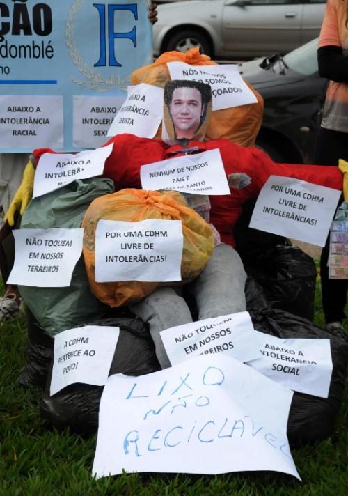 30.mar.2013 - Manifestantes malham boneco do deputado Marco Feliciano (PSC-SP) em frente ao Congresso Nacional