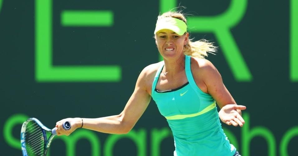 30.mar.2013 - Maria Sharapova tenta rebatida de bola contra Serena Williams na decisão do torneio de Miami