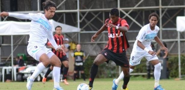 Atletas do Atlético-PR e do Londrina disputam jogada no Ecoestádio (30/03/13)