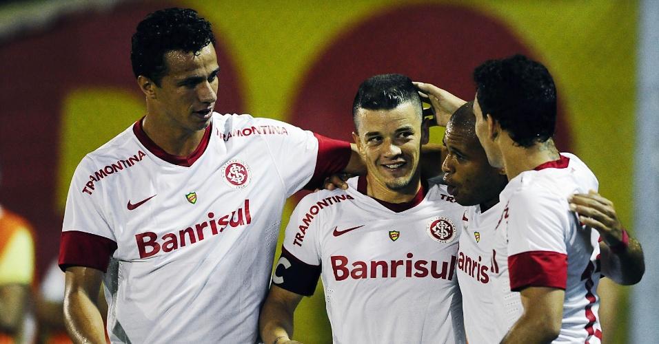 D'Alessandro comemora gol ao lado de Leandro Damião, Caio e Gabriel (30/03/13)