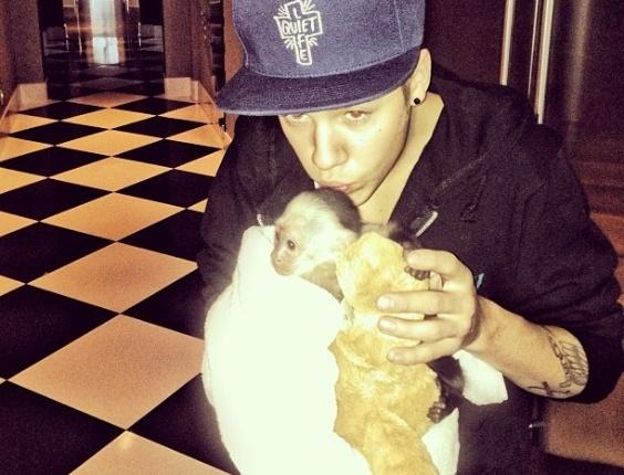 Justin Bieber posa com seu macaco para o produtor e amigo Mally Mall