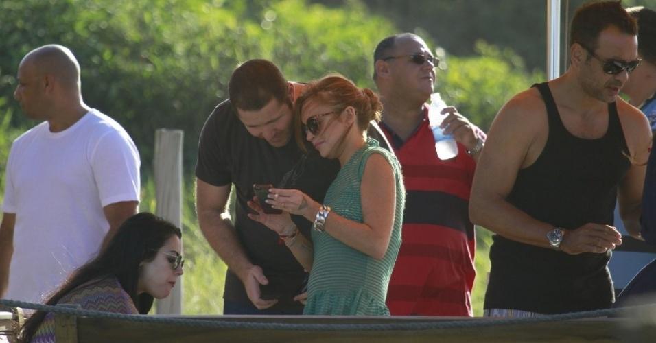 30.mar.2013 - Lindsay Lohan tira fotos em na praia de Jurerê, em Florianópolis. A atriz está no Brasil para participar de festa de uma marca de roupas