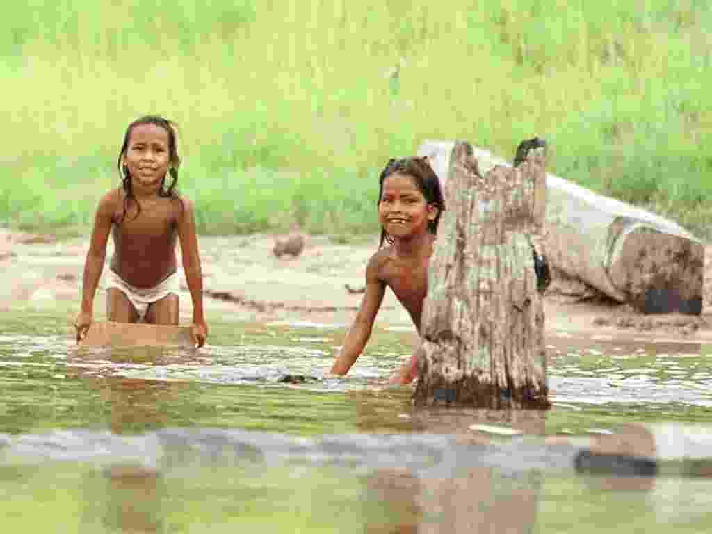 30.nov.1999 -  Crianças da aldeia Ticuna brincam no Rio Solimões, no Amazonas - Patrícia Santos - 30.nov.1999/Folhapress
