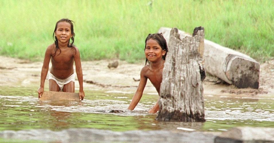 30.nov.1999 -  Crianças da aldeia Ticuna brincam no Rio Solimões, no Amazonas