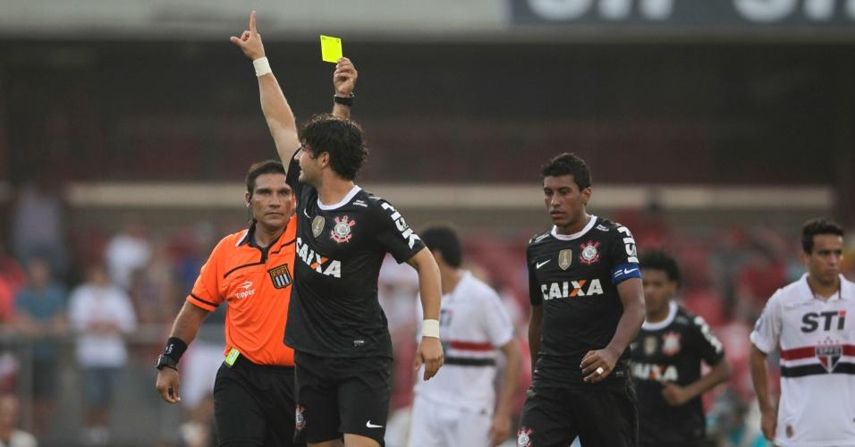 31.mar.2013 - Alexandre Pato leva cartão amarelo após comemorar o gol da vitória do Corinthians sobre o São Paulo