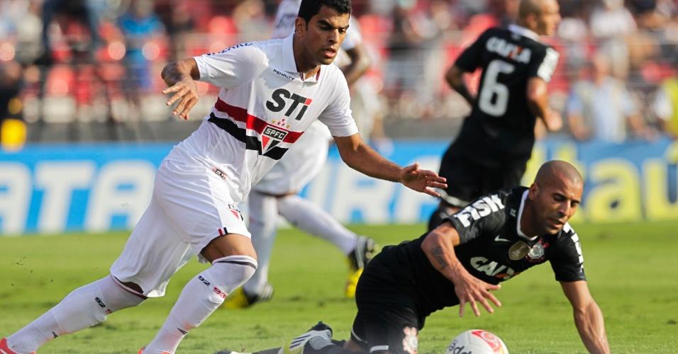 31.mar.2013 - Emerson Sheik cai durante disputa de bola no clássico entre São Paulo e Corinthians