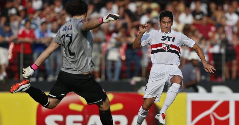 31.mar.2013 - Ganso pressiona saída de bola de Cássio durante clássico entre São Paulo e Corinthians