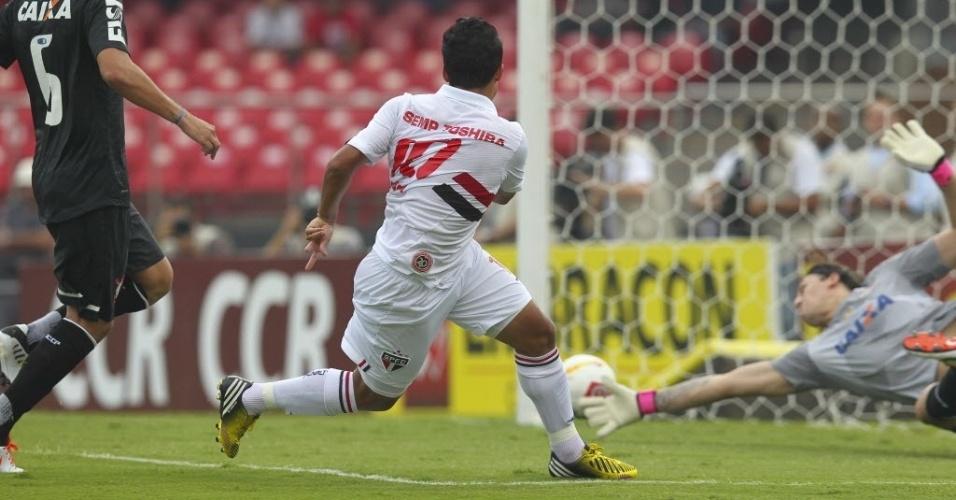 31.mar.2013 - Jadson chuta para o gol e abre o placar para o São Paulo contra o Corinthians