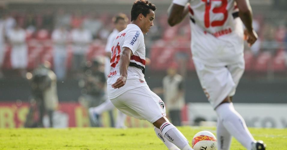 31.mar.2013 - Jadson repõe a bola em jogo durante clássico entre São Paulo e Corinthians no Morumbi