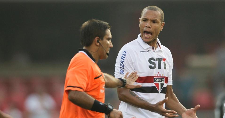 31.mar.2013 - Luís Fabiano reclama com o juiz durante clássico entre São Paulo e Corinthians no Morumbi