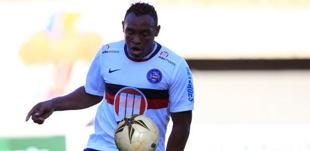 31.mar.2013 - Obina domina bola durante jogo do Bahia